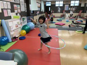 子ども運動遊びをする小学1年生